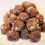 Almond and date balls: without cooking