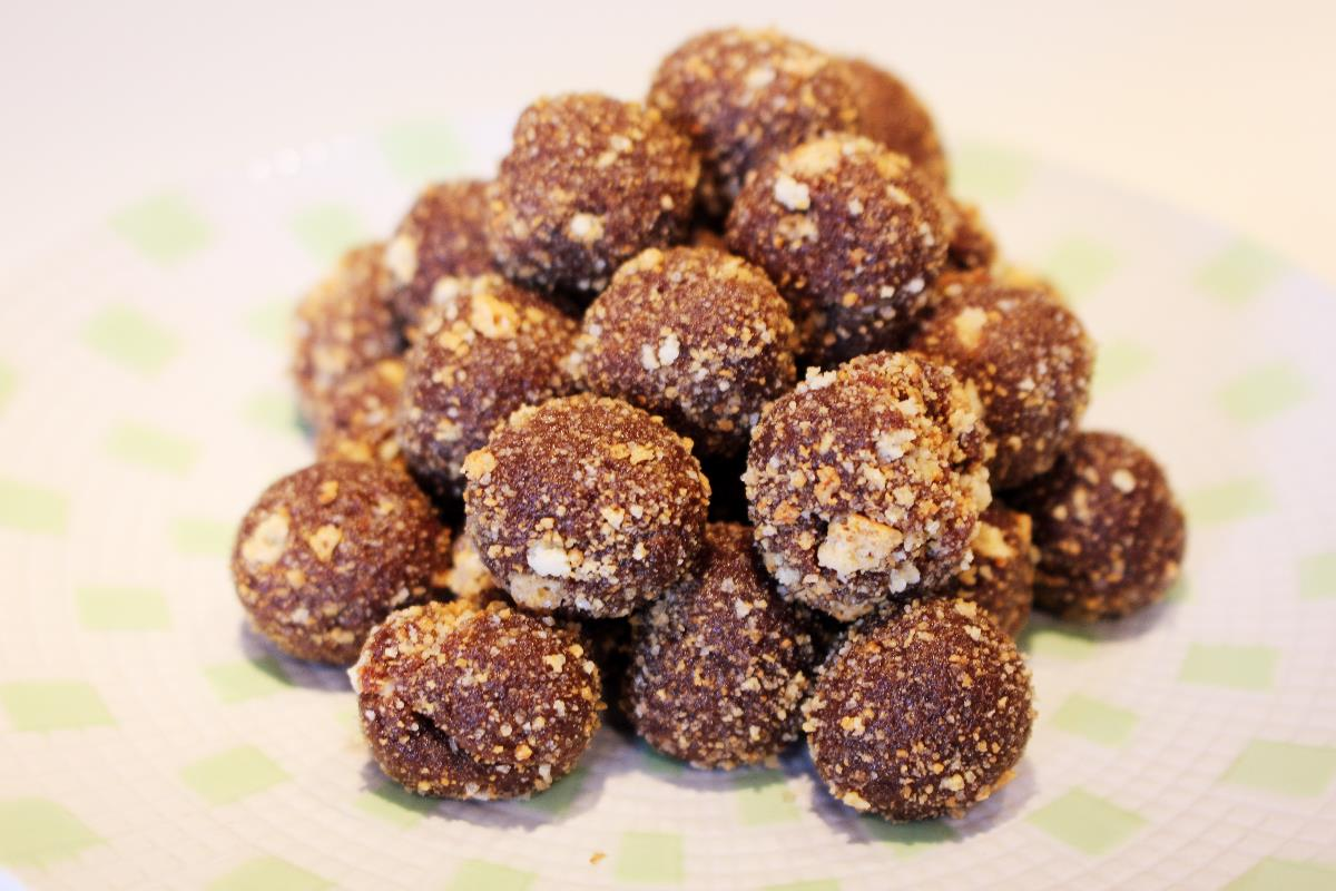 Almond and date balls